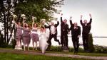 Le cortège des mariés sautant de joie