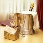 Les coupes et le champagne des mariés