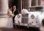 Les mariés avec leur voiture