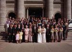 Le groupe accompagnant les mariés devant l'église
